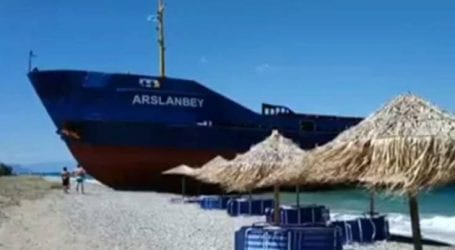 Εικόνες από το πλοίο που προσάραξε σε παραλία στην Εύβοια