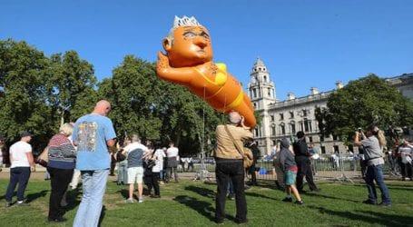 Γιγάντιο μπαλόνι που αναπαριστά τον δήμαρχο του Λονδίνου με μπικίνι υψώθηκε κοντά στο βρετανικό κοινοβούλιο