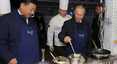 Πούτιν και Σι Τζινπίνγκ δείχνουν τις μαγειρικές τους ικανότητες και ετοιμάζουν κρέπες