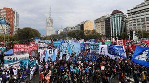 Εντείνονται οι διαδηλώσεις για τα μέτρα λιτότητας στο πλαίσιο της συμφωνίας με το ΔΝΤ