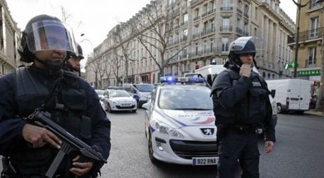 Έρευνα της αστυνομίας για τον εντοπισμό βόμβας σε όχημα που βρίσκεται σε κεντρικό δρόμο του Παρισιού