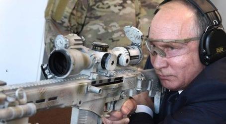 Ο Πούτιν επέδειξε το ταλέντο του στη σκοποβολή με το νέο Καλάσνικοφ για ελεύθερους σκοπευτές