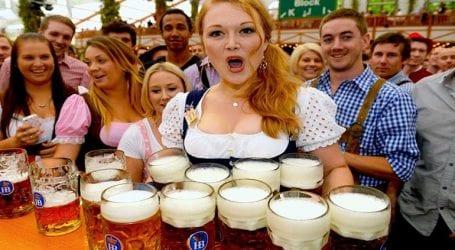 Ξεκίνησε το φεστιβάλ Oktoberfest με μπίρα και λουκάνικα