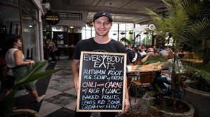 Εστιατόριο στη Ν. Ζηλανδία φέρνει στο ίδιο τραπέζι άστεγους και τραπεζίτες