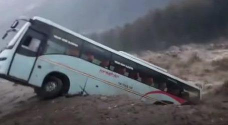 Βίντεο σοκ – Λεωφορείο «βούλιαξε» στα ορμητικά νερά