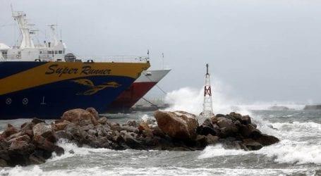 Δεμένα παραμένουν τα πλοία λόγω των ισχυρών ανέμων