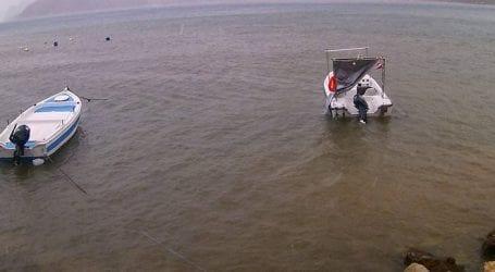 Τα κύματα στη Βουλιαγμένη «κατάπιαν» ιστιοπλοϊκά και βάρκες