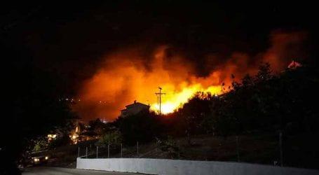 Ανεξέλεγκτη η φωτιά στην Κεφαλονιά, εκκενώθηκε οικισμός