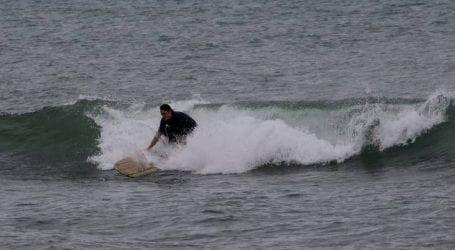 Σέρφερ στην παραλία του Φλοίσβου βγήκαν να δαμάσουν τα κύματα