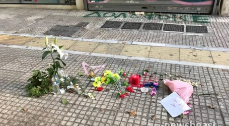 Λουλούδια και μηνύματα στο σημείο που έχασε τη ζωή του ο Ζακ Κωστόπουλος