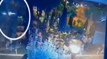 Η στιγμή που η φωτοβολίδα χτυπάει τη 19χρονη στο Αγρίνιο