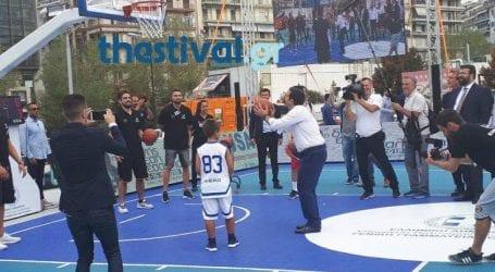 Η… ροκ υποδοχή του Τσίπρα στη ΔΕΘ και το μπάσκετ με παιδιά