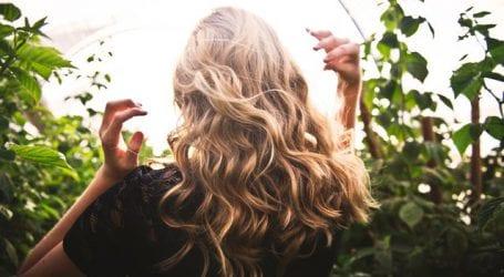 Το μυστικό βρίσκεται στη βούρτσα! Κάνε τα μαλλιά σου να μυρίζουν σαν μωρού με μια απλή κίνηση