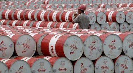 Το πετρέλαιο οδεύει προς τη μεγαλύτερη μηνιαία πτώση του από το 2008