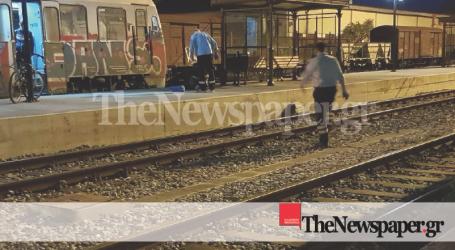 ΤΩΡΑ: Άνδρας κατέρρευσε στον ΟΣΕ Βόλου ύστερα από επεισόδιο με επιβάτη τρένου
