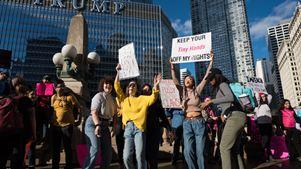Χιλιάδες διαδηλωτές για να διαμαρτυρηθούν για την πολιτική Τραμπ «κατά των γυναικών»