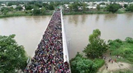 Οι μεξικανικές αρχές άνοιξαν τα σύνορα σε γυναίκες και παιδιά που είναι στο «καραβάνι» των μεταναστών
