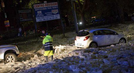 Πρωτοφανής χαλαζόπτωση στη Ρώμη – Οι δρόμοι καλύφθηκαν με πάγο