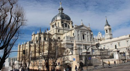 Χιλιάδες διαδηλώνουν έξω από τον καθεδρικό της Αλμουδένα στη Μαδρίτη κατά της ταφής εκεί του Φράνκο
