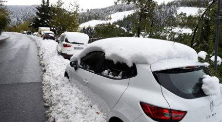 Ασυνήθιστες για την εποχή χιονοπτώσεις σαρώνουν την κεντρική χώρα