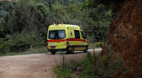 Το αυτοκίνητο «καρφώθηκε» σε ελιά και ο οδηγός τραυματίστηκε σοβαρά