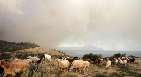 Σε κατάσταση έκτακτης ανάγκης η Σάρτη Χαλκιδικής λόγω της μεγάλης φωτιάς