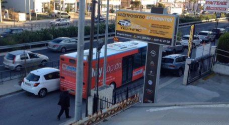 """Το απόλυτο χάος στη λεωφόρο Καραμανλή στη Λάρισα – Αυτοκίνητα παντού, """"ζούγκλα"""" για πεζούς και αστικά (φωτό – video)"""