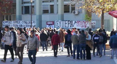 Πλήθος φιλάθλων της ΑΕΛ διαμαρτύρονται έξω από τα δικαστήρια της Λάρισας (φωτό – video)