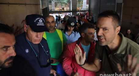 Οι απεργοί σήκωσαν τα ρολά και μπήκαν στο υπουργείο Οικονομικών