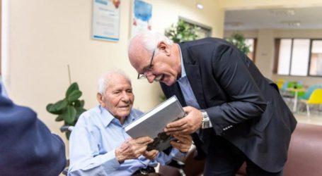 "Mε τον Λάζαρο Αρσενίου ο δήμαρχος Λαρισαίων για την έκδοση ""Η Μνήμη της Πόλης"""