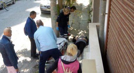 """Τραυματίστηκε Λαρισαία από τα… """"υπερσύγχρονα"""" πεζοδρόμια στο κέντρο της Λάρισας – Δείτε φωτογραφίες"""