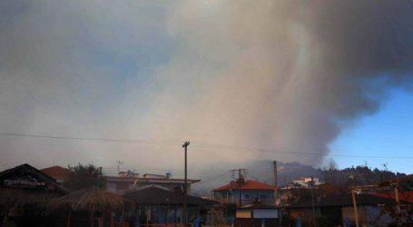 Στις παρυφές του χωριού Σάρτη μαίνεται η φωτιά στη Σιθωνία