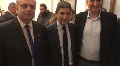 Θερμός εναγκαλισμός Λ. Αυγενάκη με τον υποψήφιο δήμαρχο Τυρνάβου Γ. Κόκουρα