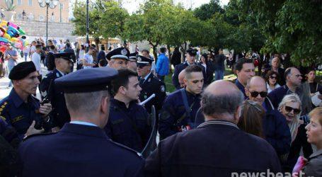 Μήνυμα κατά των πλειστηριασμών στη διάρκεια της παρέλασης στην Αθήνα