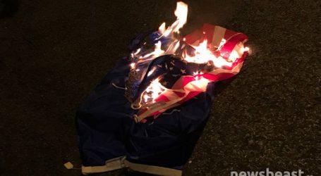 Έκαψαν αμερικανική σημαία μπροστά από το υπουργείο Εξωτερικών