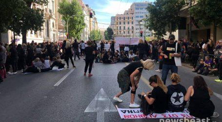 Με καθιστική διαμαρτυρία συνεχίζουν την κινητοποίηση οι εργαζόμενοι στο «Βοήθεια στο Σπίτι»