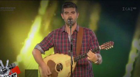 Ο Λαρισαίος τραγουδιστής με το λαούτο που μάγεψε το The Voice – Τι είπε ο Σάκης Ρουβάς για την καταγωγή της γυναίκας του από τη Λάρισα