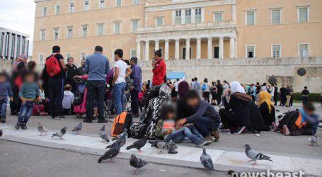 Σύροι από το κέντρο φιλοξενίας της Μαλακάσας στο μνημείο του Αγνώστου Στρατιώτη