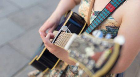 Διαμαρτυρία μουσικών για προσαγωγή συναδέλφου τους για επαιτεία στη Θεσσαλονίκη