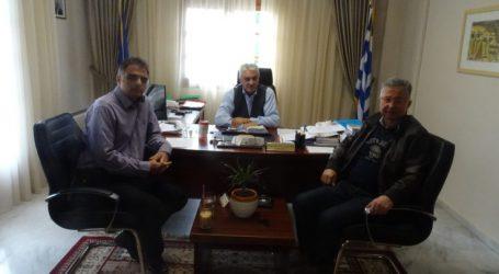 Συνάντηση τρικέκνων με το δήμαρχο Τεμπών με θέμα τη μείωση των δημοτικών τελών