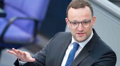 Ο υπουργός Υγείας Γενς Σπαν σφυροκοπά την πολιτική που εφαρμόζει η Μέρκελ