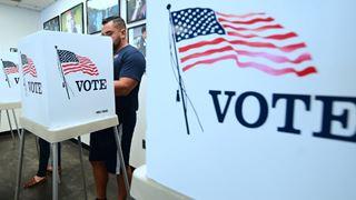 Οι Δημοκρατικοί καταγράφουν νίκες, αλλά το προαναγγελθέν «μπλε κύμα» δεν έκανε την εμφάνισή του