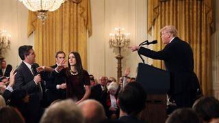 Ο Λευκός Οίκος ανακαλεί μέχρι νεοτέρας τη διαπίστευση δημοσιογράφου ο οποίος ενεπλάκη σε αντεγκλήσεις με τον Τραμπ