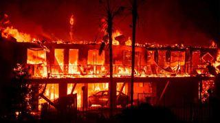 Χιλιάδες άνθρωποι εγκατέλειψαν τα σπίτια τους στην Καλιφόρνια υπό την απειλή τριών μεγάλων πυρκαγιών