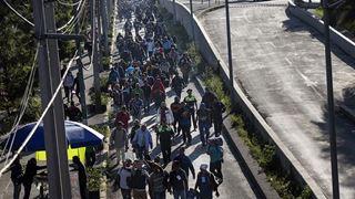 Εκατοντάδες μετανάστες συνεχίζουν την πορεία τους προς τις ΗΠΑ