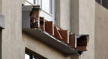 Mπαλκόνι κατέρρευσε στη διάρκεια πορείας για τα θύματα κατάρρευσης δύο πολυκατοικιών