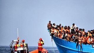 Δεκάδες μετανάστες αρνούνται να αποβιβαστούν στο λιμάνι της Μισράτας