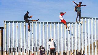 Έφτασαν οι πρώτοι μετανάστες στα σύνορα του Μεξικού με τις ΗΠΑ