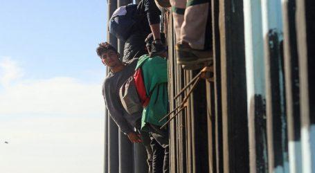Περισσότεροι από 1.500 μετανάστες από το καραβάνι έφθασαν στα αμερικανικά σύνορα