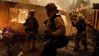 Οι συγγενείς των αγνοουμένων από τις πυρκαγιές αναζητούν τους δικούς τους ανθρώπους